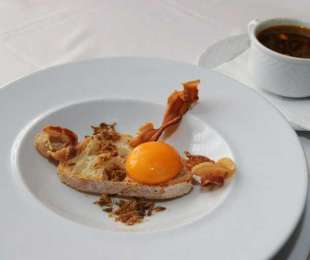 Sopa de ajo con pan huevo y jamón